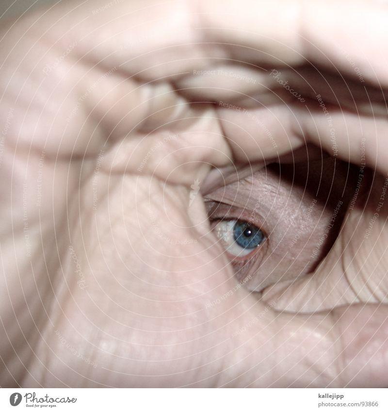 vorfreude Hand Teleskop verschlafen Tunnel Tunnelblick Alkoholisiert zielen Visier Mensch nah Makroaufnahme blind Suche Finger Pupille Wimpern Augenbraue