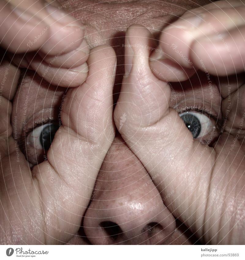 300 Mensch Mann alt Hand blau Gesicht Auge Haut maskulin Finger Suche Fernseher Ziel Fernsehen Falte nah