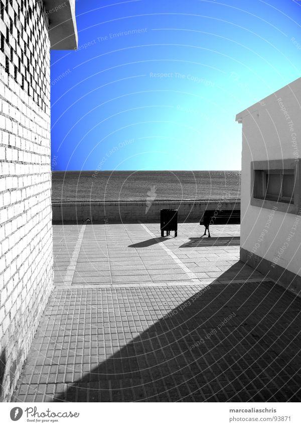 marbella mal anders 1 Kunst Gebäude Meer Promenade Licht schwarz weiß Design Wand Architektur Schatten blau