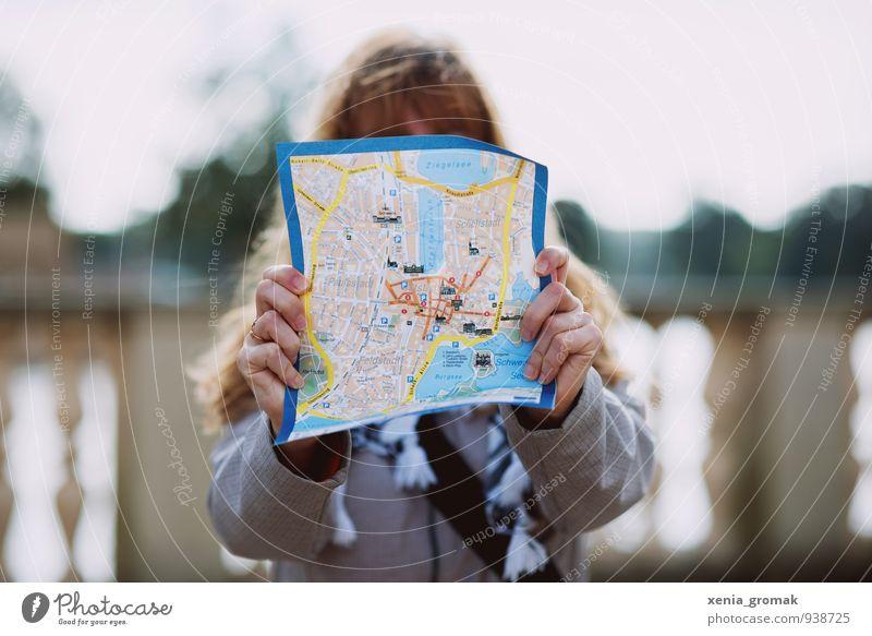 Stadtkarte Mensch Ferien & Urlaub & Reisen Jugendliche Junge Frau Freude Ferne feminin Freiheit Deutschland Lifestyle Freizeit & Hobby Tourismus Wind Ausflug