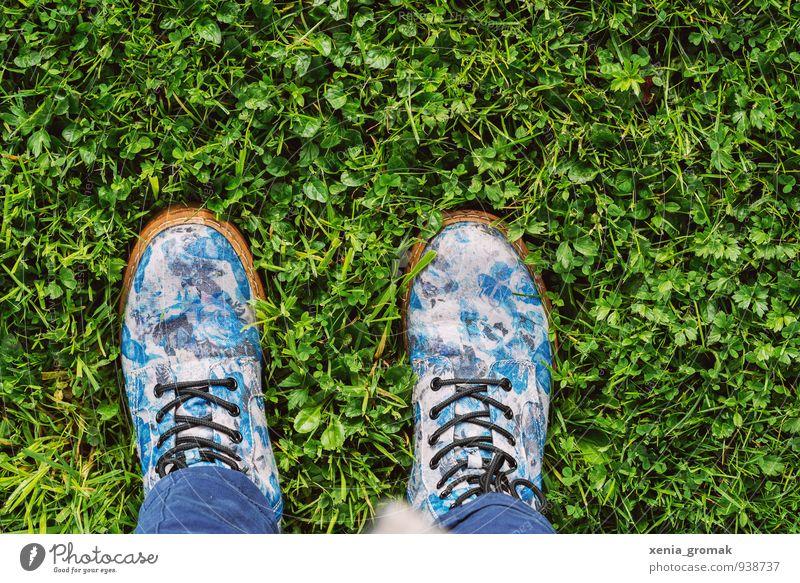 Spaziergang Lifestyle Freizeit & Hobby Mensch Fuß Umwelt Natur Pflanze Frühling Sommer Garten Park Wiese Mode Schuhe Stiefel gehen genießen grün Freude Glück
