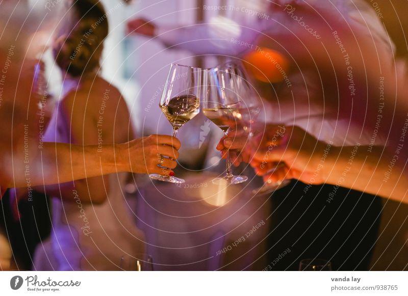 Anstoß Ernährung Getränk trinken Alkohol Wein Sekt Prosecco Champagner Lifestyle Nachtleben Party Veranstaltung Restaurant Club Disco Bar Cocktailbar ausgehen