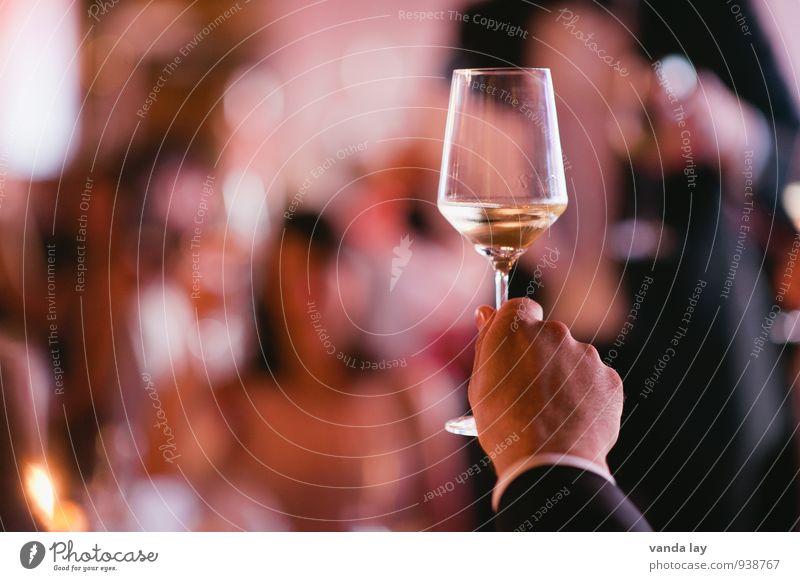 Auf uns! Getränk trinken Alkohol Sekt Prosecco Champagner Sektglas Lifestyle Nachtleben Party Veranstaltung Restaurant Club Disco Bar Cocktailbar ausgehen