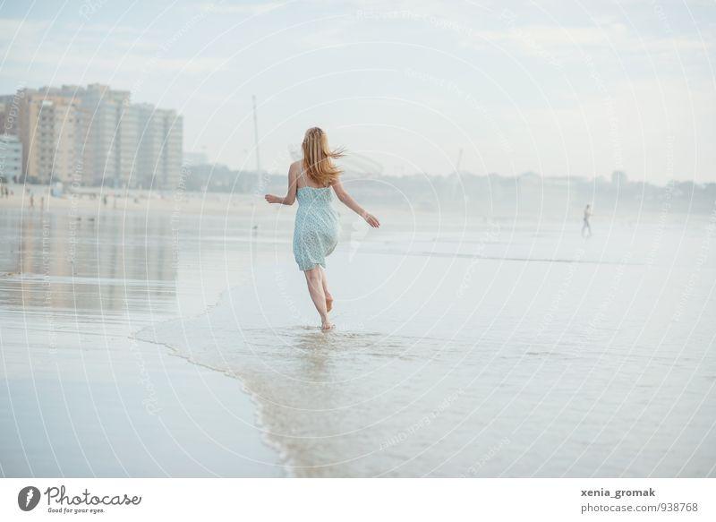am atlantischen Ozean Mensch Ferien & Urlaub & Reisen Jugendliche Sommer Sonne Junge Frau Erholung Meer Freude Strand Ferne Wärme Leben Glück Freiheit träumen