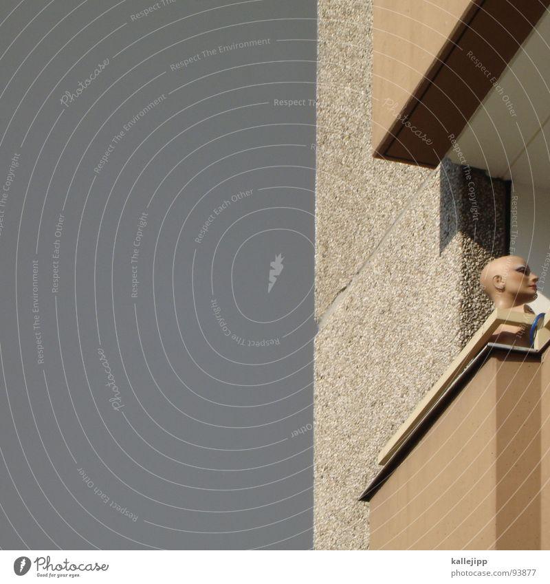 balkonbewohner Balkon Glatze Plattenbau Hinterhof Wohnanlage Sonnenbad transpirieren Haus Hochhaus authentisch falsch Bewohner Mieter Architektur Puppe Kopf