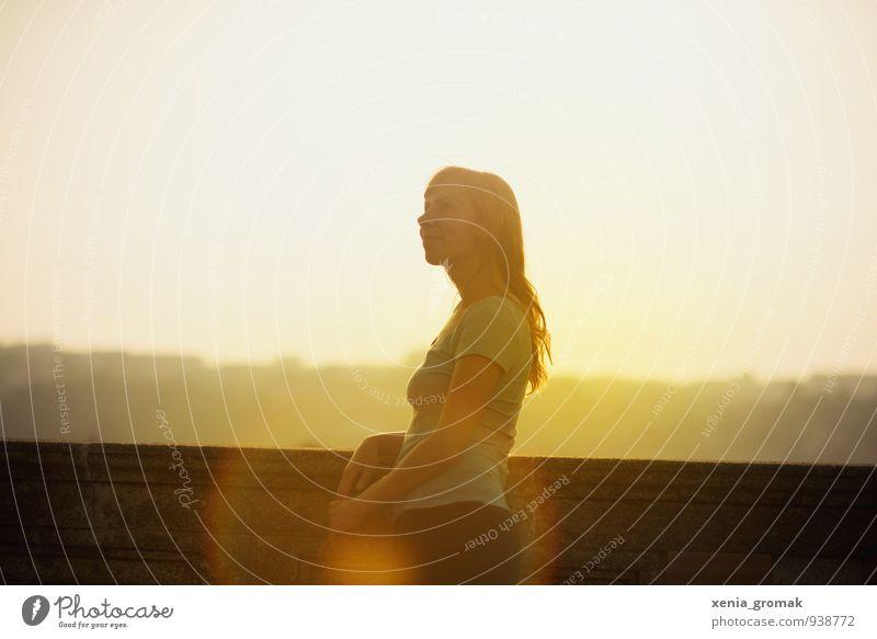 im Sonnenlicht Mensch Himmel Ferien & Urlaub & Reisen Jugendliche Sommer Junge Frau Erholung ruhig 18-30 Jahre Ferne Erwachsene Leben feminin Freiheit Horizont