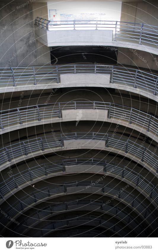 Schneckenschlund Reling Parkhaus rund Etage Neonlicht Kosten grau mehrstöckig Garage KFZ Verkehr Tag Speiseröhre Am Rand Schwindelgefühl Beton Stahl Einfahrt