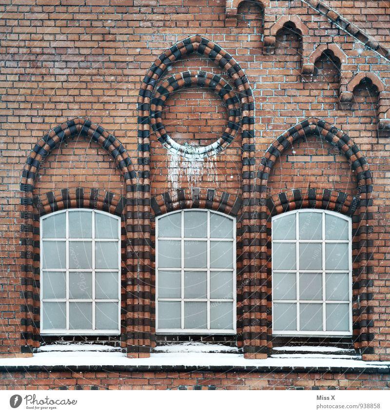 alter Hof Altstadt Haus Fabrik Kirche Dom Ruine Mauer Wand Fassade Fenster Stein dreckig Fensterbogen Rundfenster Backstein Backsteinfassade Backsteingotik
