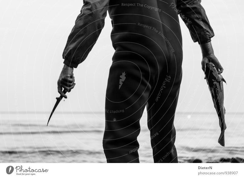 Frischfisch Mensch Rücken Arme Hand Finger 1 Natur Landschaft Wasser Wolken Horizont Küste Ostsee Totes Tier Fisch Stein frisch glänzend grau schwarz weiß