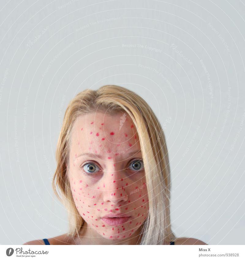 Krank Mensch Jugendliche schön Junge Frau rot 18-30 Jahre Erwachsene Gesicht feminin Gesundheit Angst blond Haut Punkt Krankheit Körperpflege