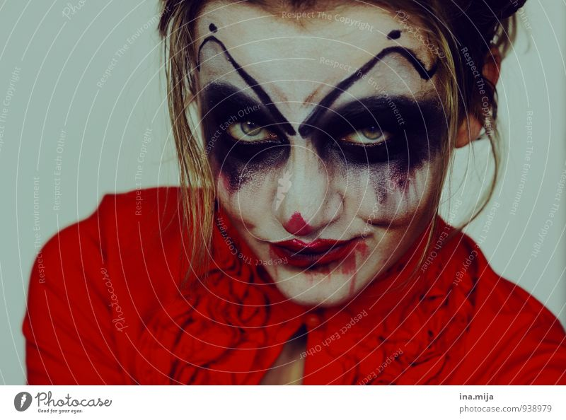 Horror-Clown Mensch Jugendliche Junge Frau rot 18-30 Jahre dunkel Erwachsene feminin Feste & Feiern verrückt bedrohlich Wut gruselig Karneval Gewalt skurril