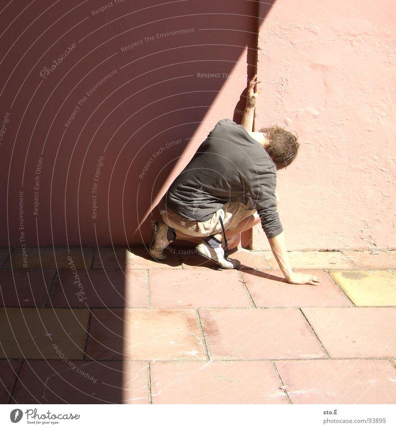 [ER]schöpfung Mensch Jugendliche Sonne Wand stehen Ecke Körperhaltung verfallen i Verkehrswege Tunnel Publikum Sonnenbrille Sportveranstaltung Rennbahn Shorts