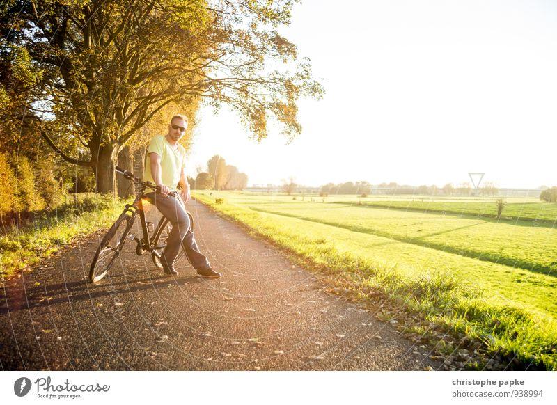 Gut beraden Mensch Mann Sommer Ferne Erwachsene Wärme Straße Herbst Wiese Wege & Pfade Sport Freizeit & Hobby Fahrrad stehen warten Ausflug