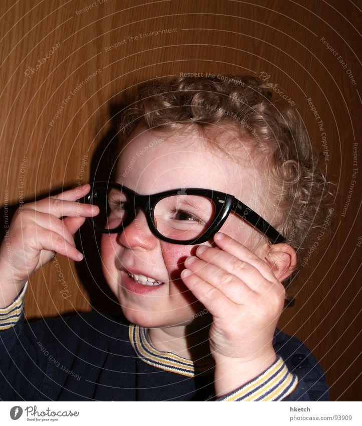 Augenblick mal! Kind Gesicht Auge lustig Brille beobachten Neugier Konzentration Kleinkind Locken Momentaufnahme Interesse klug Durchblick wach Brillenträger