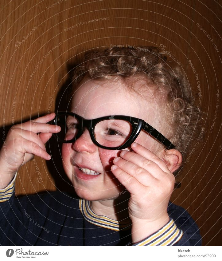Augenblick mal! Kind Gesicht lustig Brille beobachten Neugier Konzentration Kleinkind Locken Momentaufnahme Interesse klug Durchblick wach Brillenträger