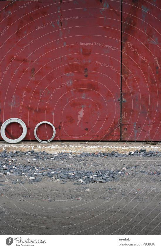 Gullideckelabwasserbetonringbrille Wand rot Gully Beton Baustelle gefährlich Krach Bauarbeiter Schrott Müll unordentlich Barriere Gelände Gebäude Barrikade