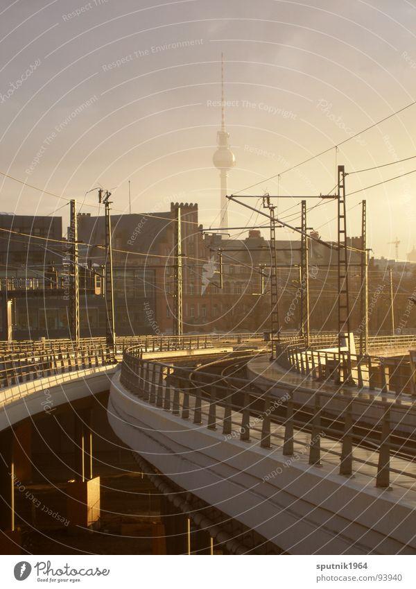 gleis_8 Himmel Berlin Eisenbahn Bahnhof Leitung Berliner Fernsehturm S-Bahn Hauptbahnhof