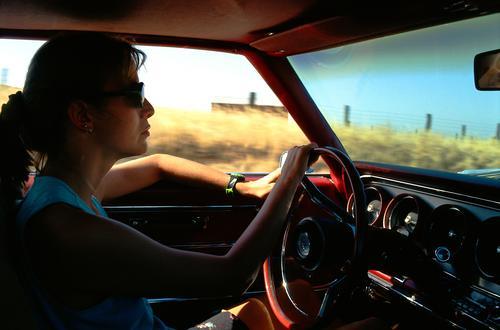 Frau am Steuer Autofahren Einsamkeit leer Hintergrundbild Ferien & Urlaub & Reisen Fernweh rot geradeaus Amerika führen Lenkrad Silhouette Armaturenbrett