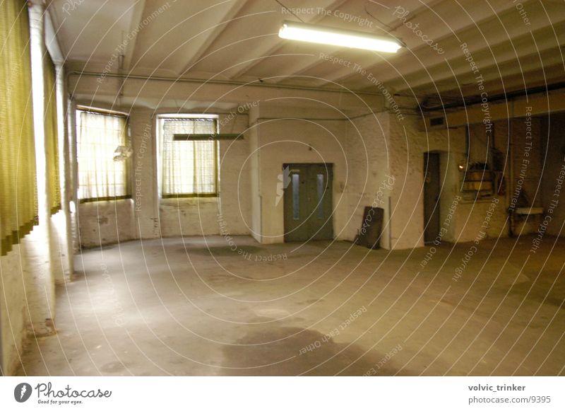 HalloHalle Architektur trashig Lagerhalle Fahrstuhl Garage Lampe Loft Neonlampe