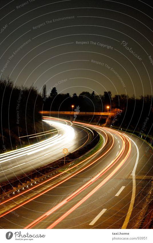 A73 Autobahn Rücklicht Horizont Nacht Langzeitbelichtung Einfahrt dunkel Streifen Lichtstreifen Lebenslauf Fernweh Stadt schnelllebig Geschwindigkeit