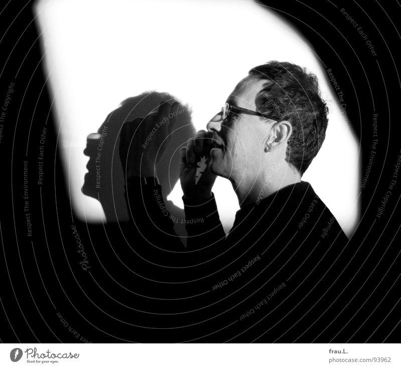 Musik Lebensfreude Mann Jazz Silhouette Licht Brille Wand Sonnenlicht 50 plus Trompete hören Wippe Freude Mensch nicht mehr jung Kontrast Begeisterung Profil