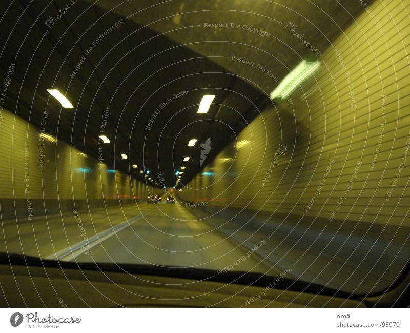 Tunnelblick in Hamburg Windschutzscheibe dunkel Momentaufnahme Geschwindigkeit fahren PKW Licht Sankt Pauli-Elbtunnel
