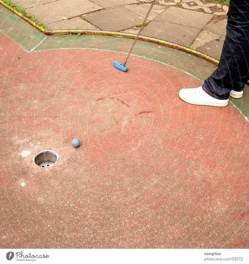 knapp vorbei.... alt Freude Spielen Bewegung klein lustig Fuß Freizeit & Hobby Eisenbahn Ziel Ball Konzentration Kugel Golf Loch Sportveranstaltung