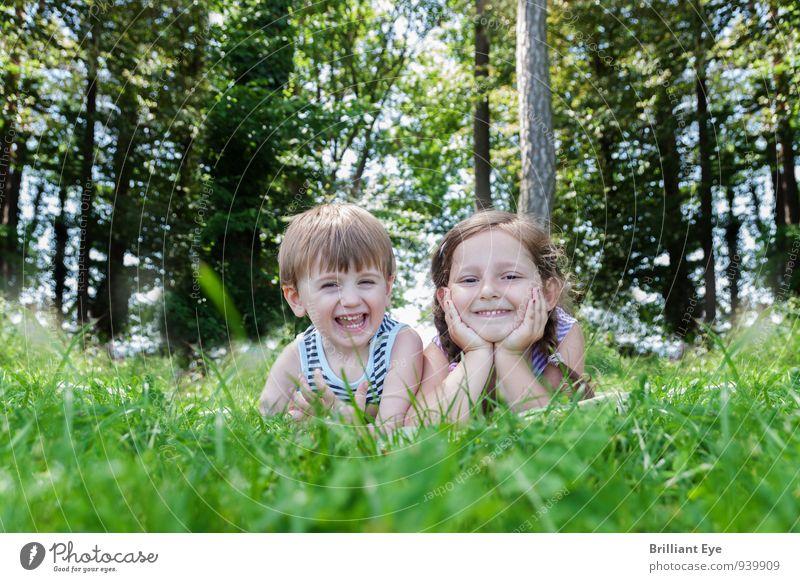 Glückliche Kinder liegen im hohen Gras Freude Ausflug Sommer Baum Wiese Wald Lächeln lachen leuchten frei Fröhlichkeit Gesundheit Stimmung Lebensfreude