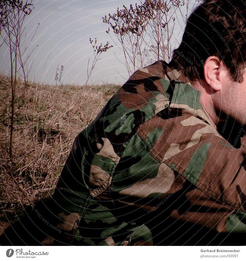 Im Westen nichts Neues Tarnung Uniform Soldat grün braun Deckung Krieg trist Frieden Rücken sitzen warten dünn karg feindlich