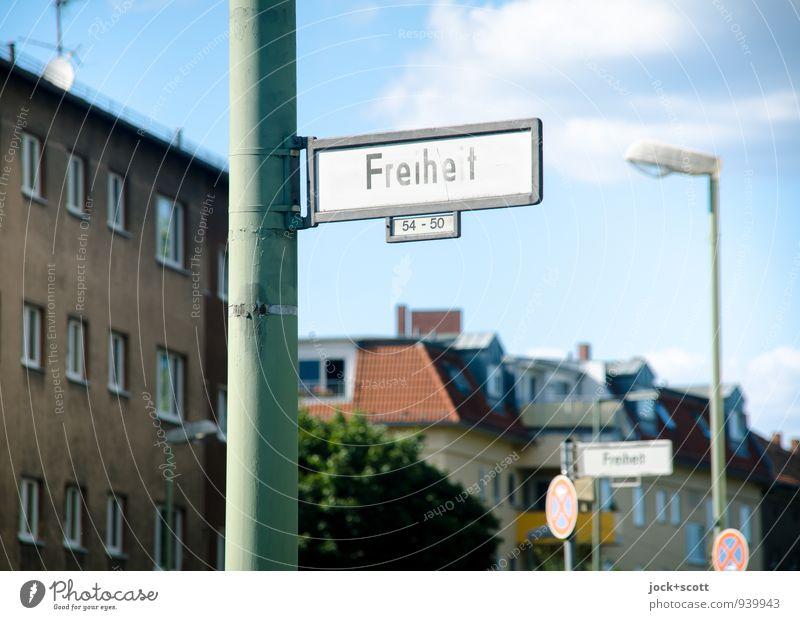 lange Freiheit Himmel Stadt Sommer Wolken Haus Wege & Pfade Berlin Freiheit Zeit oben Fassade authentisch Ausflug Hinweisschild Idee retro