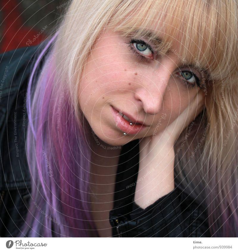 Lilly feminin Junge Frau Jugendliche 1 Mensch Jacke Piercing blond langhaarig Pony Punk beobachten Blick warten Zufriedenheit Vertrauen Sicherheit Sympathie