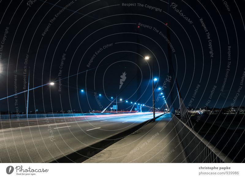 Bright Bridge - Düsseldorf Stadt Stadtzentrum Menschenleer Wahrzeichen Straße Autobahn Brücke Fahrzeug PKW Lastwagen Bewegung fahren dunkel Geschwindigkeit