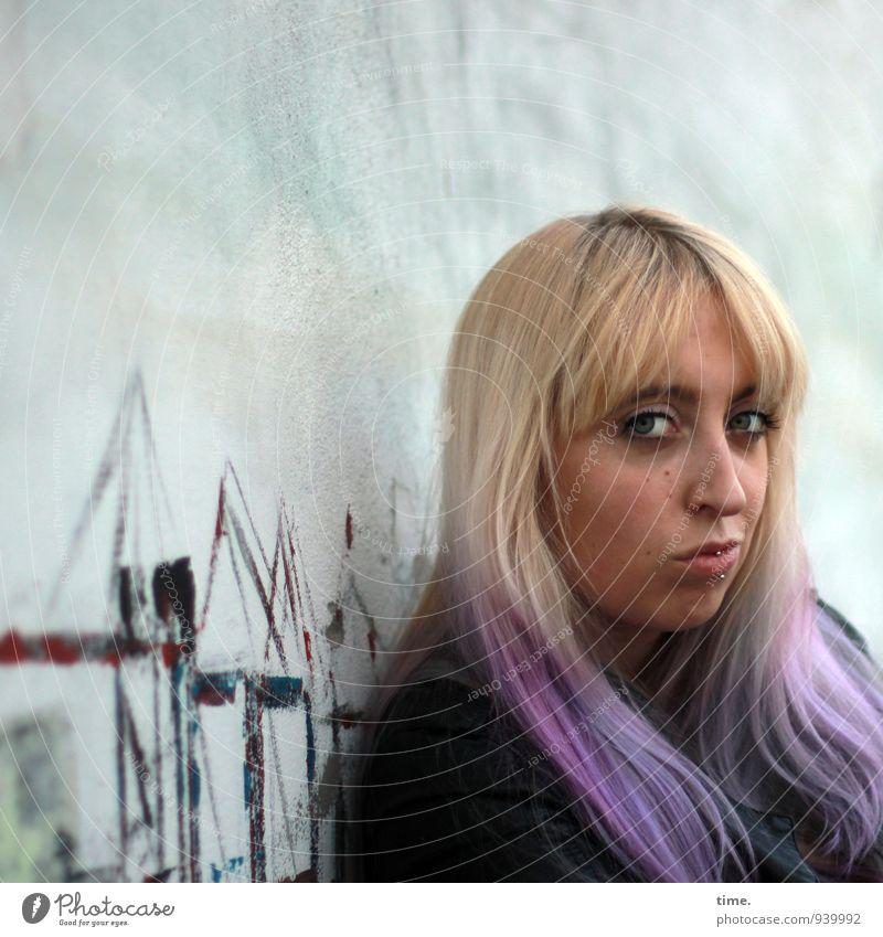 Lilly feminin Junge Frau Jugendliche 1 Mensch 18-30 Jahre Erwachsene Kunst Gemälde Wandmalereien Mauer Jacke Piercing blond langhaarig Punk beobachten Blick