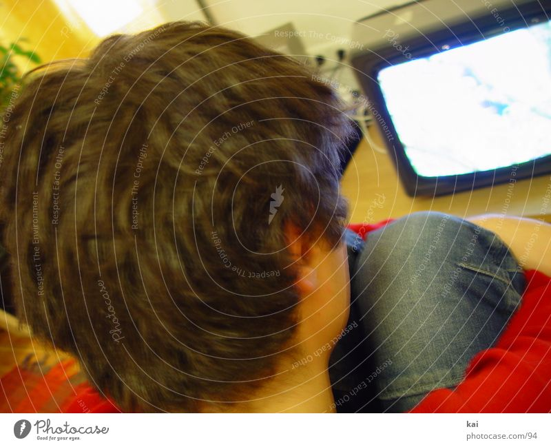 fernsehngugen Mensch Mann Jugendliche Kopf sitzen Perspektive Fernseher Fernsehen Freizeit & Hobby Medien Bildschirm Technik & Technologie