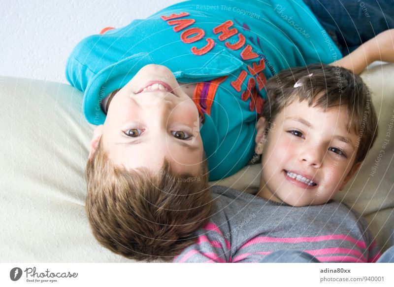 Auch wenn die Welt Kopf steht III Spielen Kindererziehung Bildung Geschwister Bruder Schwester Freundschaft Lächeln Zusammensein Glück Bewegung Partnerschaft
