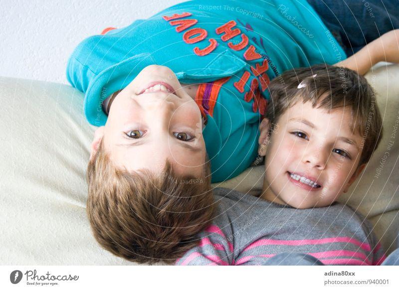 Glück, Familie, Kinder Spielen Kindererziehung Bildung Geschwister Bruder Schwester Freundschaft Lächeln Zusammensein Bewegung Partnerschaft Freude Fürsorge
