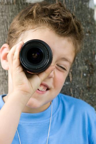 Entdeckung Junge Denken Horizont Erfolg Perspektive Technik & Technologie Lächeln beobachten lernen Idee lesen Neugier geheimnisvoll Bildung Fotokamera