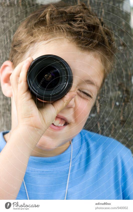 Entdeckung Schüler Fotokamera Technik & Technologie Wissenschaften Junge beobachten Denken entdecken Lächeln lesen Blick klug Neugier Interesse Bildung