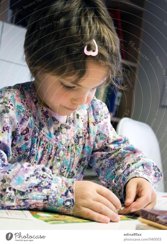 Schulkind Mädchen Denken Schule Kindheit Erfolg Zukunft lernen Idee Neugier Bildung schreiben entdecken Konzentration Wissenschaften Wachsamkeit Basteln