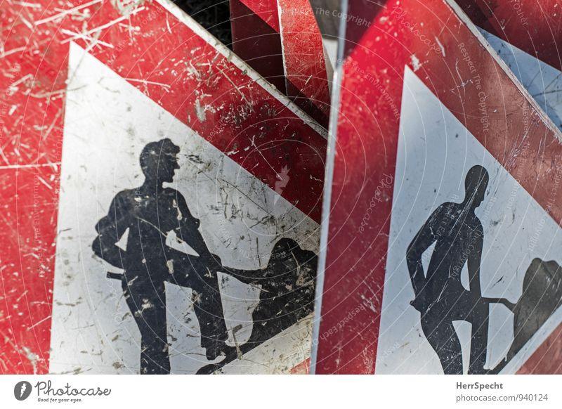 men at work Straße Verkehrszeichen Verkehrsschild alt rot schwarz weiß Arbeit & Erwerbstätigkeit Arbeitsplatz Baustelle schaufeln Schaufel verkratzt gebraucht