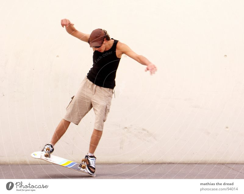 Bodenkontakt Sport Gesundheit Skateboarding Casper Freestyle Mann Junger Mann Sommer Hose Shorts Sonnenbrille Beton Wand Hintergrundbild weiß Freude Spielen