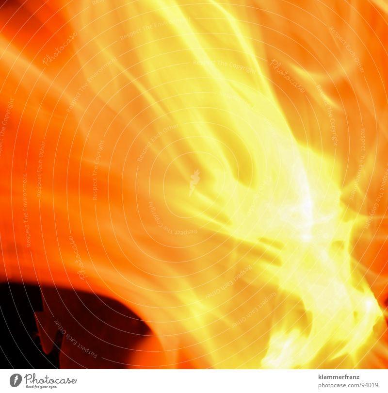 Romeo und Julia Physik Glut brennen heiß Samson Peak schwarz gelb rot Explosion glühend Nacht anzünden Rascheln Langzeitbelichtung Brand Wärme Energiewirtschaft