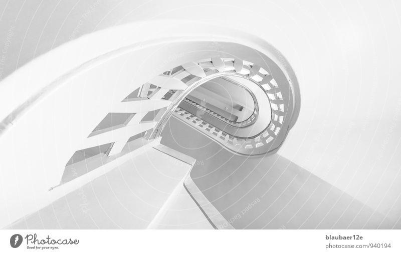 weisses Treppenhaus Menschenleer Gebäude Architektur ästhetisch Treppengeländer Schwarzweißfoto Innenaufnahme High Key Starke Tiefenschärfe Froschperspektive