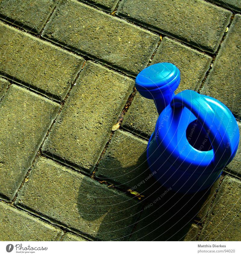 BLEI-GIEßEN Gießkanne Kannen ruhig Tragegriff Behälter u. Gefäße blau Stein Schatten Pflastersteine Kindheit Außenaufnahme Objektfotografie Spielzeug