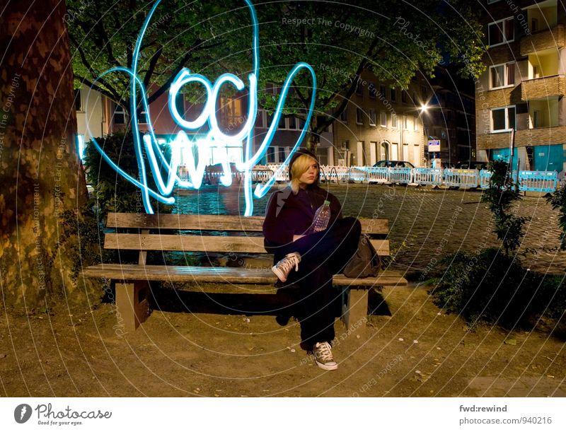 hui buh Mensch Jugendliche Stadt Junge Frau 18-30 Jahre Erwachsene feminin lustig Stimmung sitzen verrückt Platz beobachten niedlich Kreativität Jugendkultur