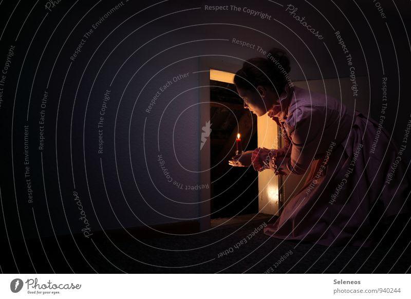 auf in neue Welten Häusliches Leben Wohnung Raum Mensch feminin Frau Erwachsene 1 Mauer Wand Kleid gruselig Neugier Interesse Überraschung träumen Kerzenschein