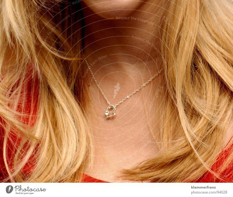 Herz am rechten Fleck Frau Jugendliche Kinn Wellen blond rot weich Physik Haarsträhne Symbole & Metaphern Romantik Sommer Schönes Wetter Liebe grinsen