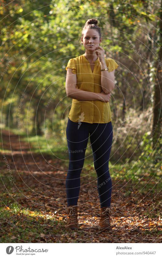 am Jungfernstieg Jugendliche schön Baum Junge Frau Landschaft 18-30 Jahre Erwachsene Wege & Pfade natürlich Park Idylle Sträucher authentisch stehen frei warten