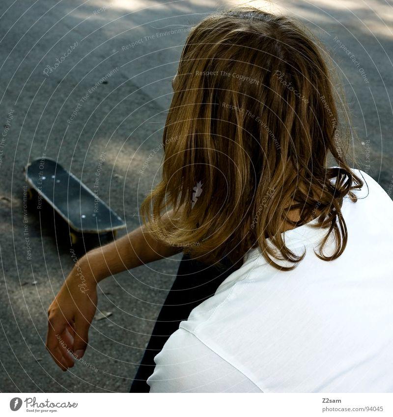 Bretter, die die Welt bedeuten Mensch Mann Jugendliche Erholung Haare & Frisuren Stil blond sitzen Lifestyle Coolness Pause Skateboarding langhaarig lässig