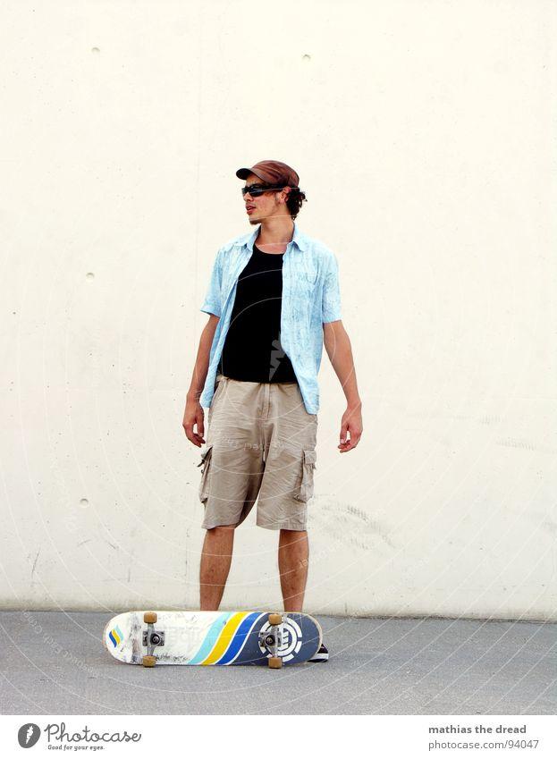 bretter, die die welt bedeuten II Skateboard Mann maskulin Suche Pause Sonnenbrille Stil Sommer Sonnenlicht leer weiß Wand grau Lifestyle lässig ruhen Mensch